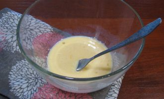 Шаг 2: Смешайте отруби, молоко и яйцо в миске. Тщательно перемешайте.