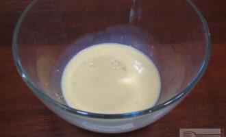 Шаг 2: Смешайте отруби, яйцо и молоко в миске.