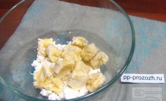 Шаг 4: Пока готовится овсяноблин, приготовьте начинку. Смешайте творог с бананом, разомните банан вилкой.