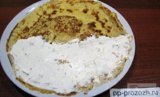 Шаг 5: Смажьте половину овсяноблина творожным сыром, накройте второй половиной. Завтрак готов!