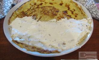 Шаг 5: Смажьте половину овсяноблина творожным сыром со сливочным вкусом. Сверху положите дольки банана, накройте второй половиной блина. Блюдо готово!