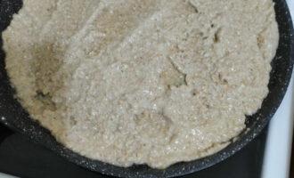 Шаг 6: Разогрейте а/п сковороду, выложите тесто и распределите по всей сковороде. Выпекайте до румяной корочки.
