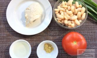 Шаг 1: Приготовьте ингредиенты. Слейте жидкость из банки с фасолью. Отварите куриное филе в подсоленной воде.