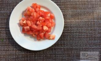 Шаг 3: Нарежьте помидор кубиками.