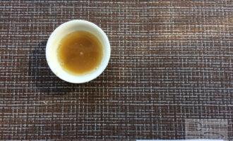 Шаг 5: Смешайте горчицу с оливковым маслом.