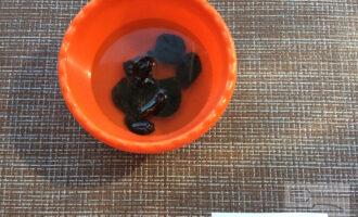 Шаг 4: Замочите чернослив в теплой воде на 15 минут.