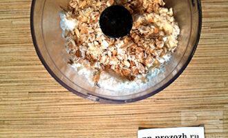 Шаг 2: Сложите в чашу блендера все ингредиенты кроме кунжута и взбейте до однородной массы.