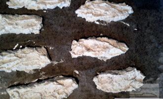 Шаг 3: Застелите противень бумагой для выпечки, если нужно, смажьте растительным маслом. При помощи кондитерского мешка (можно ложкой) выложите на противень творожную массу в виде палочек.