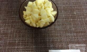 Шаг 3: Очистите яблоки от кожицы и семечек. Нарежьте небольшими кубиками.