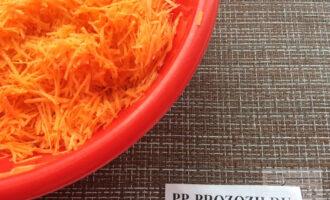 Шаг 2: Натрите морковь на мелкой тёрке.