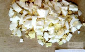 Шаг 3: Яйца измельчите любым удобным способом (я просто порезала на средние кусочки).