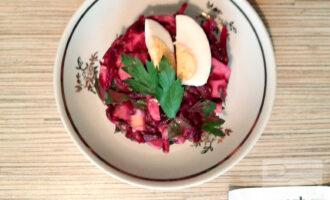 Шаг 6: Салат готов! По желанию украсьте салат яйцами и зеленью.