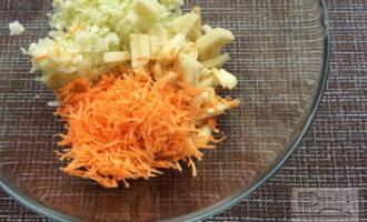 Шаг 6: Смешайте в миске измельченные овощи и яблоко. Полейте заправкой и перемешайте.