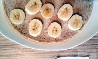 Шаг 6: На половину готового блина выложите оставшиеся кружочки банана.