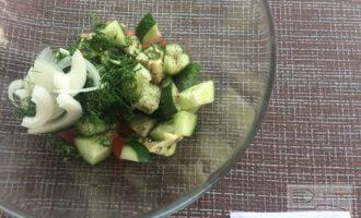 Шаг 5: Смешайте ингредиенты в миске. Посолите по вкусу, добавьте прованские травы и полейте лимонным соком. Перемешайте.