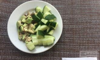 Шаг 2: Очистите авокадо от кожицы и нарежьте крупными кубиками. Также нарежьте огурец.