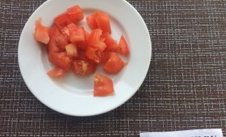 Шаг 4: Крупными кубиками нарежьте помидор.