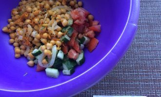 Шаг 5: Смешайте в миске овощи и укроп, теплый нут, посолите по вкусу, добавьте оливковое масло и прованские травы. Перемешайте.