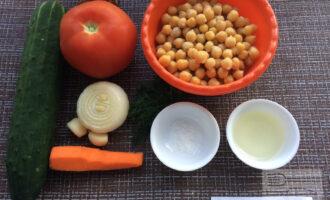 Шаг 1: Приготовьте ингредиенты. Слейте жидкость из банки с нутом. Промойте и очистите овощи.