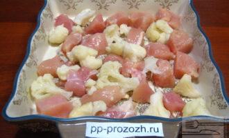 Шаг 3: Добавьте к мясу цветную капусту.