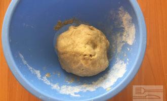 Шаг 3: Полученное тесто поместите в холодильник на время приготовления начинки.