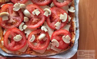 Шаг 7: Выложите её удобным для Вас образом поверх теста с соусом. И поставьте в духовку на 7-10 минут при 180 градусах.