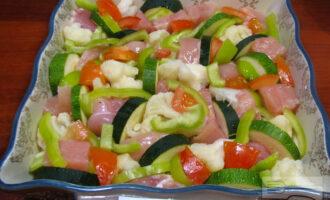 Шаг 4: Затем порежьте кабачок, перец и помидор и разложите в форме для запекания.