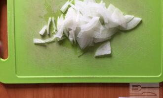 Шаг 3: Нарежьте тонкими полукольцами репчатый лук.