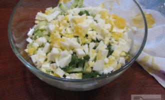 Шаг 5: Соедините капусту, огурец и яйца. Добавьте укроп, соль. Заправьте натуральным йогуртом.