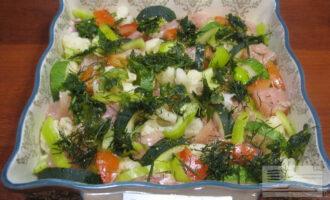 Шаг 5: Добавьте соль, перец по вкусу. Затем добавьте мелко порезанную зелень.