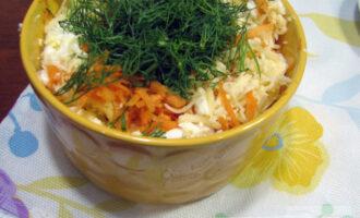Шаг 6: Добавьте мелко порубленный укроп и заправьте салат натуральным йогуртом. По  желанию можно добавить соль.