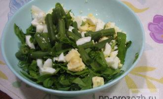 Шаг 5: Добавьте в салат мелко порубленный чеснок и заправьте натуральным йогуртом. Салат готов!