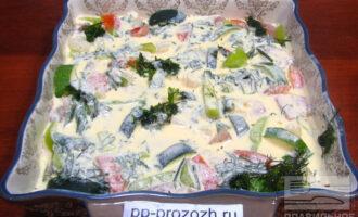 Шаг 6: Отдельно смешайте йогурт с яйцами и залейте смесью овощи. Поставьте в духовку, разогретую до 180-190 градусов на 30 минут. Блюдо готово!