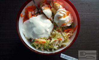 Шаг 6: Добавьте сваренные вкрутую яйца и натуральный йогурт. Перемешайте.