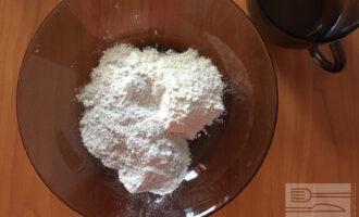 Шаг 2: Смешайте муку, воду и соль до получения тугого теста.