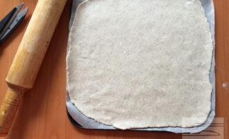 Шаг 3: Из полученного теста раскатайте основу для пиццы. Толщиной не менее 0,7 см.