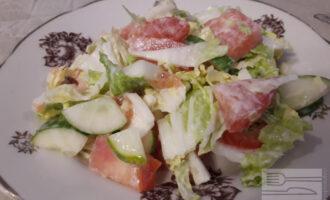 Диетический салат с помидором и огурцом