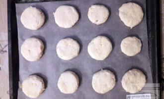 Шаг 6: Сформируйте сырники диаметром 3-5 сантиметра. Выложите сырники, предварительно обваляв в рисовой муке, на застеленный пергаментом противень. Выпекайте в разогретой до 180 градусов духовке 30-40 минут.