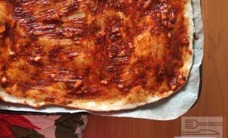 Шаг 5: Распределите толстым слоем соус по всей основе.