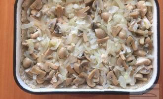 Шаг 15: Далее выложите слой из грибов и лука.