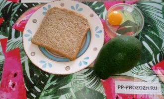Шаг 1: Вот такие простые продукты вам понадобятся. Авокадо должен быть мягким. Если жесткий авокадо положить вместе с яблоком, то очень быстро он поспеет.