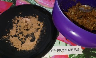 Шаг 4: Насыпьте на тарелку какао-порошок. С помощью ложечки формируйте мокрыми руками шарики, размером с грецкий орех. Обваляйте каждый в какао-порошке. Можете также использовать мак или кунжут.