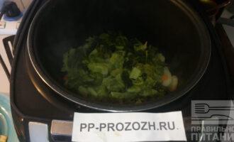 Шаг 3: Нарежьте савойскую капусту (она нежнее, чем белокачанная) и выложите ее сверху картофеля. Продолжайте тушить.