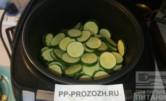 Шаг 4: Нарежьте колечками цукини и выложите его сверху капусты. Продолжайте тушить.