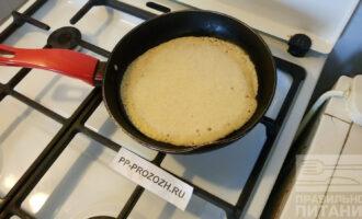 Шаг 4: На хорошо разогретую сковороду капните масла и выложите кашицу. Жарьте до румяной корочки с двух сторон. Блин хорошо переворачивается.