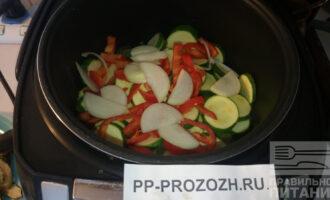 Шаг 6: Нарежьте перец и лук. Добавьте к тушеным овощам. Продолжайте тушить.