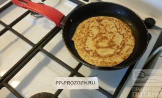 Шаг 4: В хорошо разогретую сковороду капните масла и выложите получившуюся массу. Зажарьте до румяной корочки с двух сторон.
