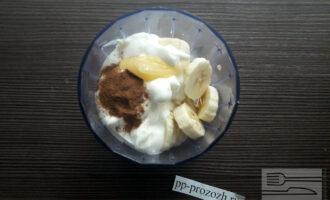 Шаг 4: Добавьте молотую корицу и мёд и взбейте всё до однородности.