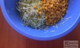 Шаг 3: Добавьте кукурузу и оливковое масло. Перемешайте.