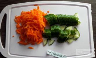 Шаг 2: Натрите морковь на крупной терке. Свежий огурец нарежьте полукольцами.
